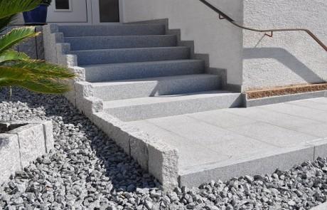 Außenanlage aus grauem Granit
