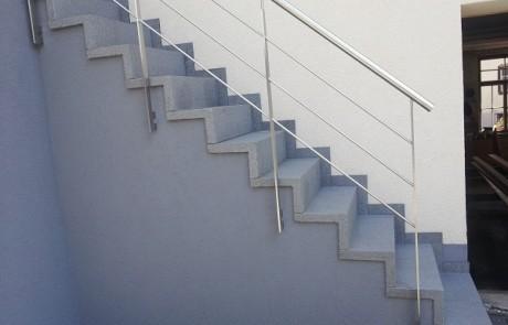 Treppe aus Winkelstufen, mit Geländer